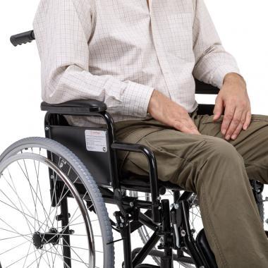Кресло-коляска для инвалидов Армед H 002. Удобные подножки и подлокотники